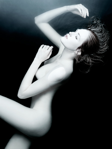 Woman floating in dark water Nude portrait photography by photographer Kenneth Rimm